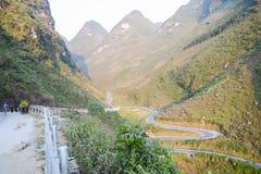 El camino del paso de montaña que sorprendía llamó nueve rampas o doc. Chin Khoanh en vietnamita cerca del parque geológico de Do imagen de archivo