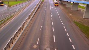 El camino del terraplén a lo largo del cual los coches entran en la ciudad de Varsovia metrajes
