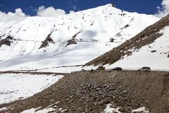 El camino del valle de Nubra al paso de Khardung, Ladakh, la India Imagen de archivo