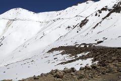 El camino del valle de Nubra al paso de Khardung, Ladakh, la India Fotos de archivo