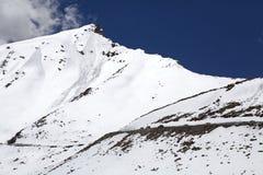 El camino del valle de Nubra al paso de Khardung, Ladakh, la India Foto de archivo libre de regalías