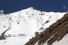 El camino del valle de Nubra al paso de Khardung, Ladakh, la India Imagenes de archivo