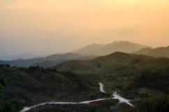 El camino en la colina takeen en la frontera de Tailandia y de myanmar Foto de archivo libre de regalías