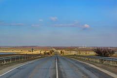 El camino en la distancia sobre las colinas del día de invierno de la península de Taman Fotos de archivo