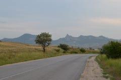 El camino en las montañas Imagen de archivo libre de regalías