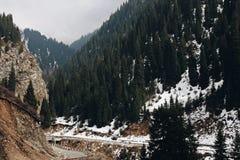 El camino en las montañas Imágenes de archivo libres de regalías
