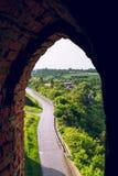 El camino en las paredes del castillo foto de archivo libre de regalías