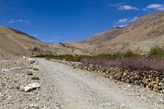 El camino en Pamirs imagenes de archivo