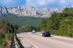 El camino entre las montañas Fotos de archivo