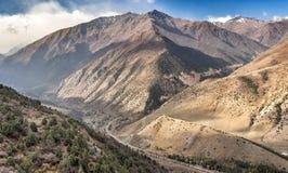 El camino entre las montañas en barranco del ala-archa imagenes de archivo