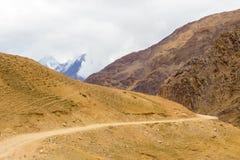 El camino entre las montañas lleva al valle de Spiti imagenes de archivo