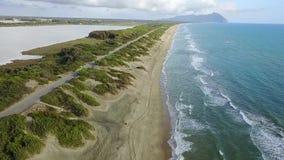 El camino está para los coches situados a lo largo de la costa que lleva a las montañas Encuesta aérea Cámara lenta metrajes