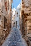 El camino estrecho entre las casas en Chania Fotografía de archivo libre de regalías