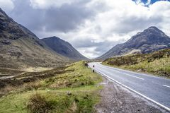 El camino a Glencoe en las montañas escocesas fotos de archivo libres de regalías