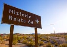 El camino histórico de la ruta 66 canta en el desierto del Mohave de California Imágenes de archivo libres de regalías