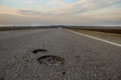 El camino a la aspereza de Rusia c: los dos hoyos Vista del campo y del camino imágenes de archivo libres de regalías
