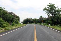 El camino, la calle, el camino de la avenida, el camino del campo y el tráfico de la curva señal adentro salieron de Tailandia Fotos de archivo