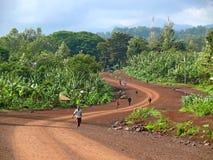 El camino. La gente va a trabajar en el camino. Fotografía de archivo libre de regalías