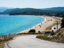 El camino a la playa en la costa griega del Mar Egeo Imagen de archivo