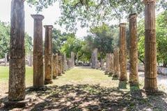 El camino lanzó columnas antiguas Imágenes de archivo libres de regalías