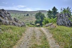 El camino a las montañas, naturaleza, paisaje, reconstrucción fotos de archivo