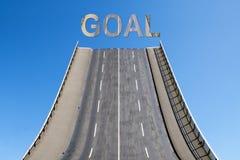 El camino lleva hacia arriba en el cielo azul, META del texto, concepto del negocio Imagen de archivo
