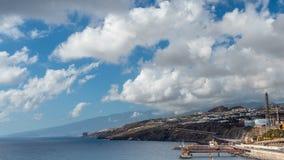 El camino a lo largo del océano en la ciudad Islas Canarias Tenerife Santa Cruz Timelapse almacen de video