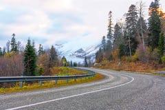el camino a los picos nevosos Imágenes de archivo libres de regalías