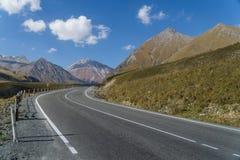 El camino militar georgiano en Georgia en el área del soporte Kazbek Imágenes de archivo libres de regalías