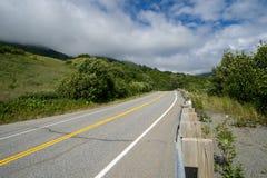 El camino pavimentado al paso de Hatcher y la independencia minan cerca de Palmer Alaska foto de archivo
