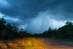 El camino que eso lleva a la lluvia el caer de la nube gruesa foto de archivo