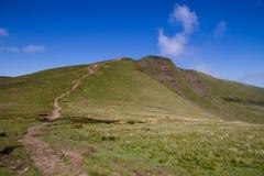 El camino que lleva a la cumbre de la fan de la pluma y en el Brecon baliza el parque nacional Foto de archivo