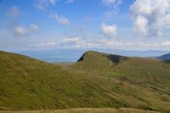 El camino que lleva a la cumbre de la fan de la pluma y en el Brecon baliza el parque nacional Fotos de archivo libres de regalías