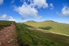 El camino que lleva a la cumbre de la fan de la pluma y en el Brecon baliza el parque nacional Imagen de archivo libre de regalías