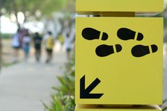 El camino que recorre firma esta manera Foto de archivo libre de regalías