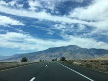 El camino recto largo escénico vacío del desierto con la marca amarilla alinea Alifornia del ¡de Ð Foto de archivo