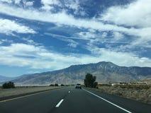 El camino recto largo escénico vacío del desierto con la marca amarilla alinea Alifornia del ¡de Ð Imagen de archivo