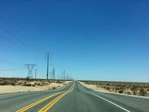El camino recto largo escénico vacío del desierto con la marca amarilla alinea Alifornia del ¡de Ð Foto de archivo libre de regalías