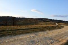 El camino rural Camino de la colina en el crepúsculo Imagen de archivo libre de regalías