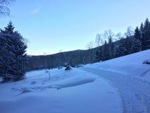 El camino a través de la nieve, mañana de las montañas imagen de archivo