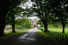 El camino a través del bosque a la casa y a los jardines, Killarney de Muckross en Irlanda Imagen de archivo libre de regalías