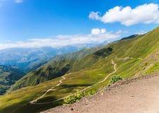 El camino a través del paso de montaña Imagen de archivo