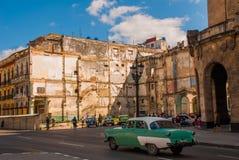 El camino y la calle delante del capitolio Nacional, EL Capitolio Paseos retros verdes del coche en el camino havana cuba fotos de archivo libres de regalías