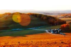 El camino y la puesta del sol de los coches Imagen de archivo