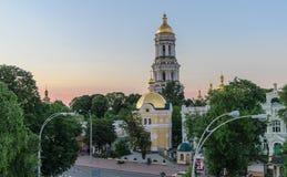 El campanario de Kiev Pechersk Lavra durante la puesta del sol Foto de archivo