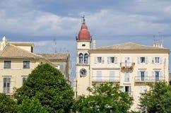 El campanario de la iglesia de Spyridon del santo y de la tienda de los apartamentos fotografía de archivo libre de regalías