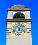 El campanario de la torre de reloj de la catedral del ` s de St Stephen en la ciudad de la isla de Capri, Campania, Italia fotos de archivo libres de regalías