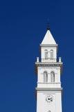 El campanario de una iglesia blanco Fotos de archivo libres de regalías