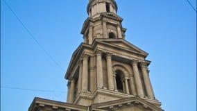 El campanario del hyperlapse del timelapse de Uspenskiy Sobor de la catedral de la suposición en Járkov, Ucrania almacen de video