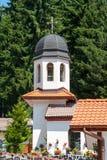 El campanario del monasterio del santo Panteleimon en el Rhodopes Fotos de archivo